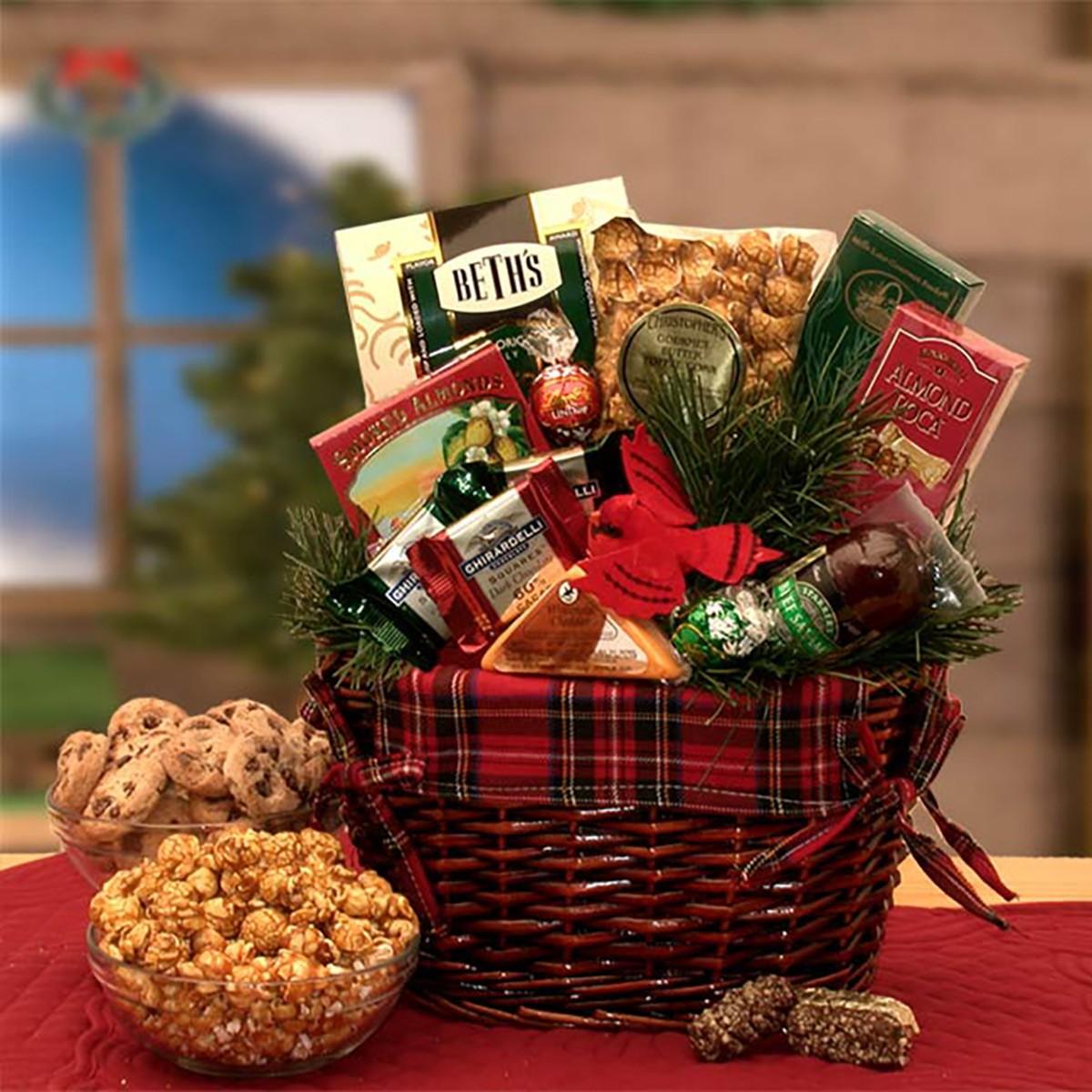 Comment faire in paquet cadeau original: remplissez un panier avec des petits gourmandises!