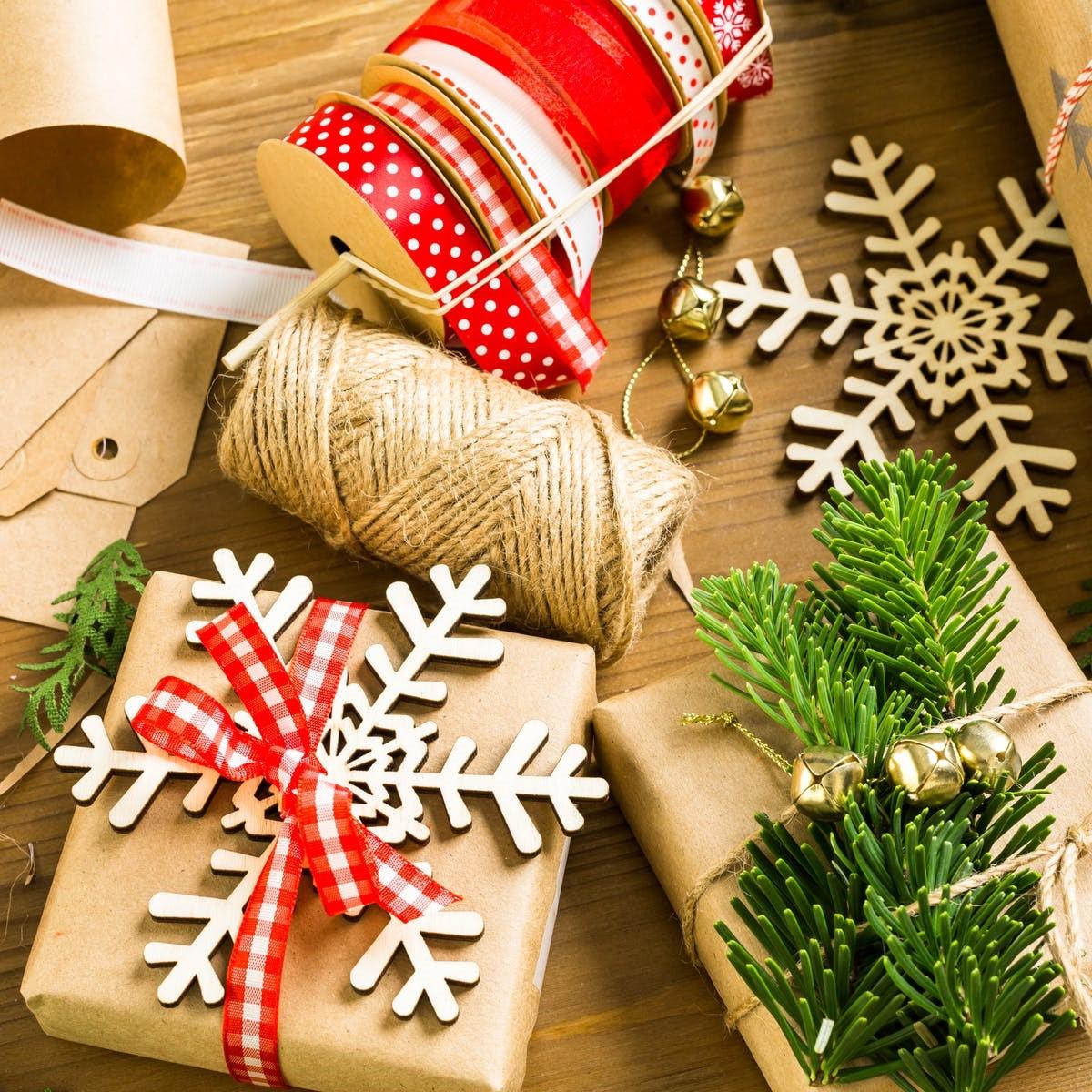 Comment faire un oaquet cadeau original? Décorez les paquets avec des petits flocons.