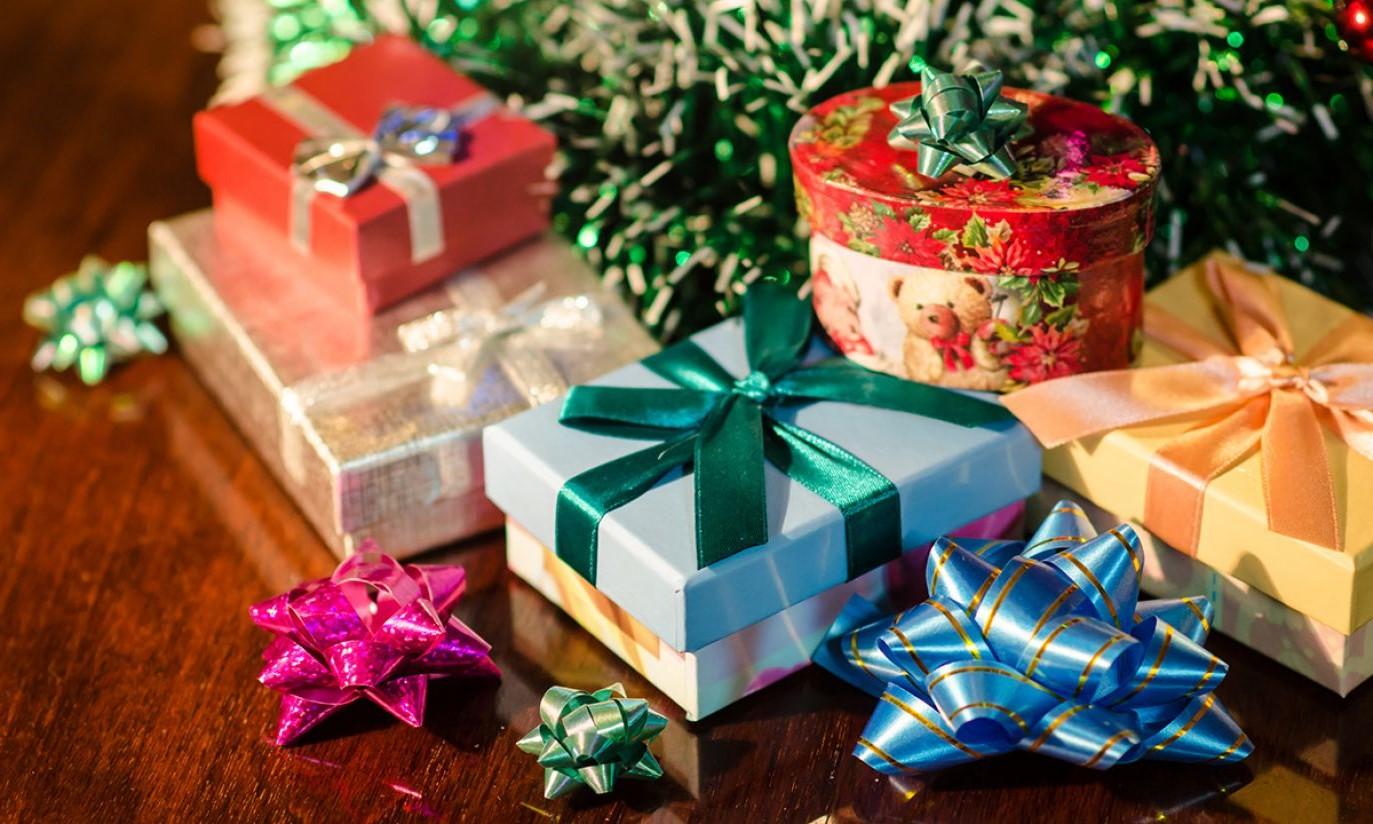 Paquets cadeaux multicolores.