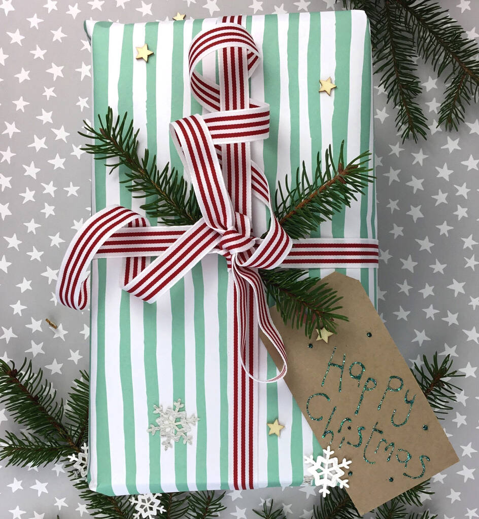 Paquet cadeau vert et rouge classiques.