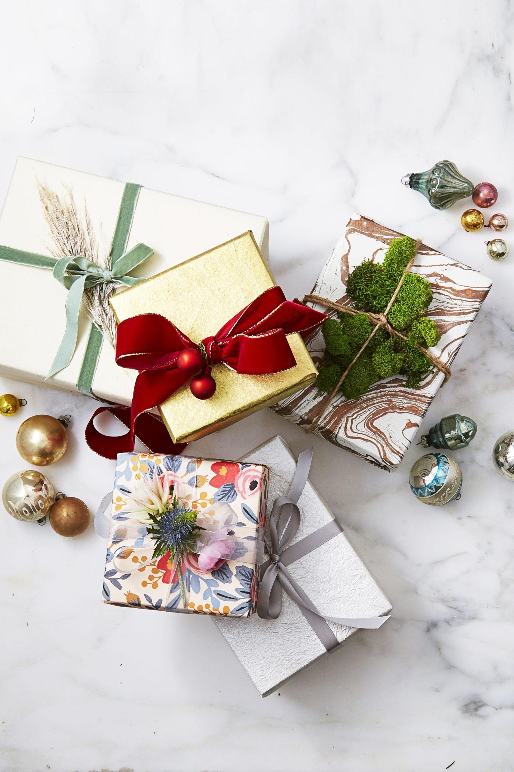 Paquets cadeaux avec un emballage créatif.