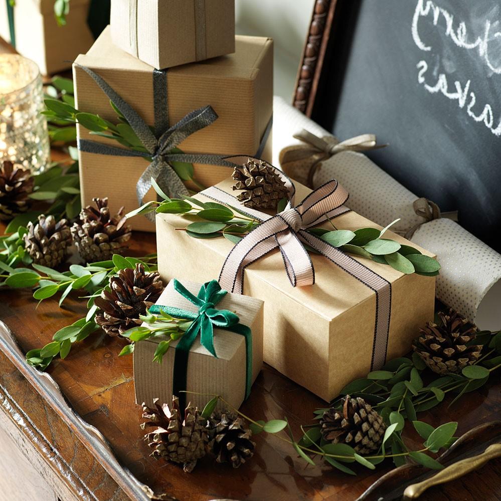 Paquets cadeaux avec des éléments naturels.