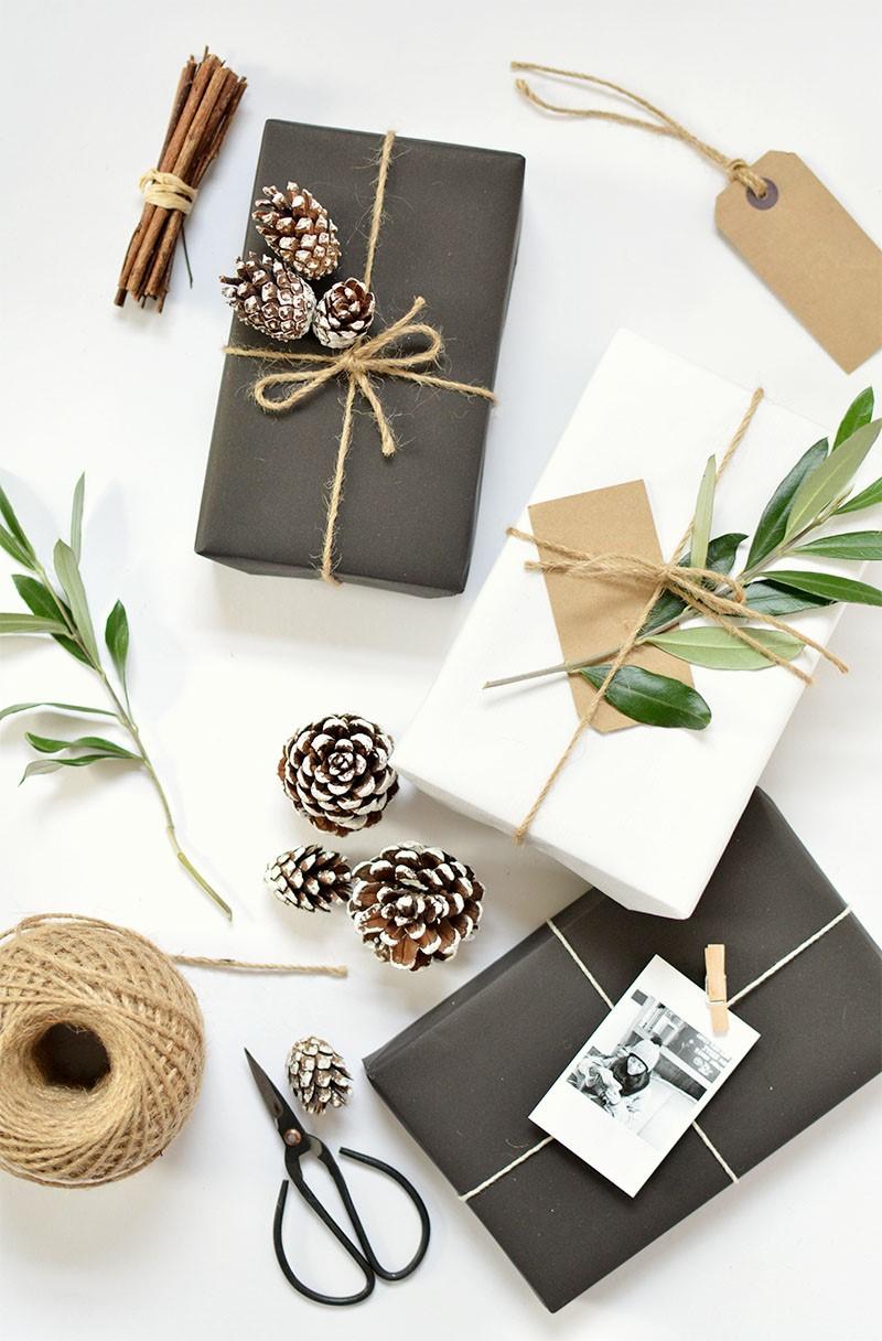 Paquets cadeaux ornéz avec des pommes de pin.