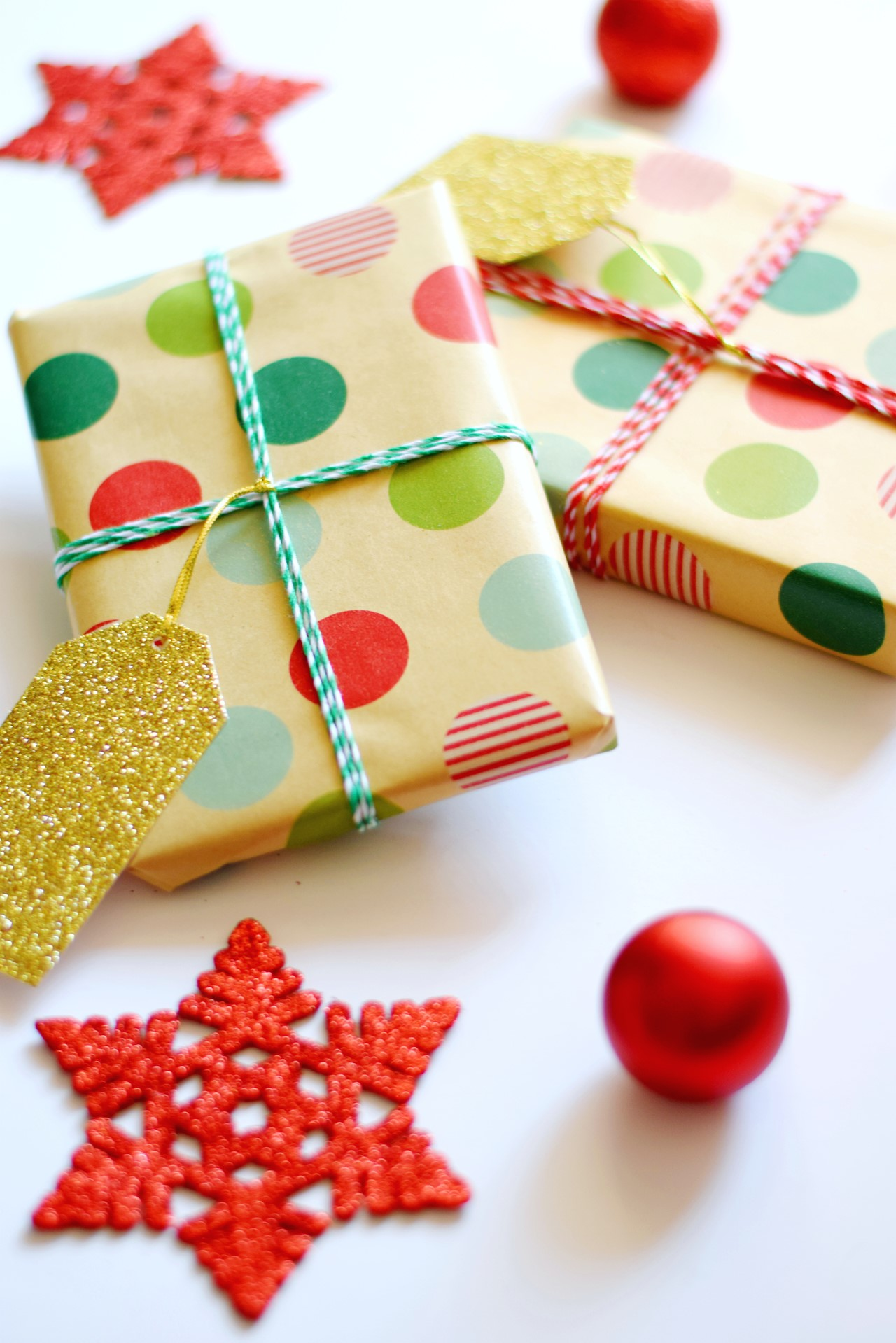 Paquet cadeau original emballé d'un papier multicolore.