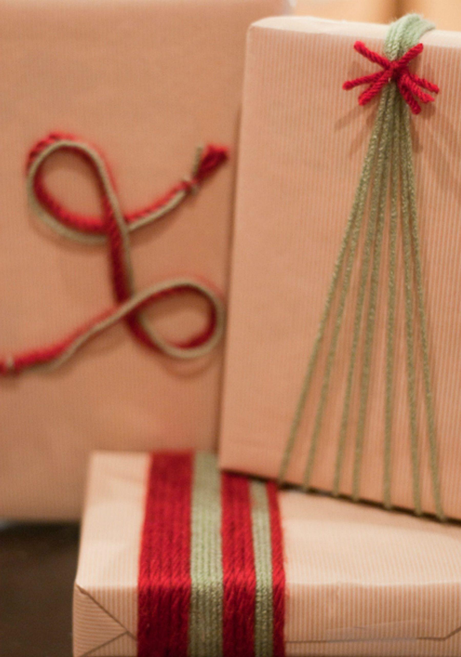 Voici comment faire un paquet cadeau original avec du fil en laine.