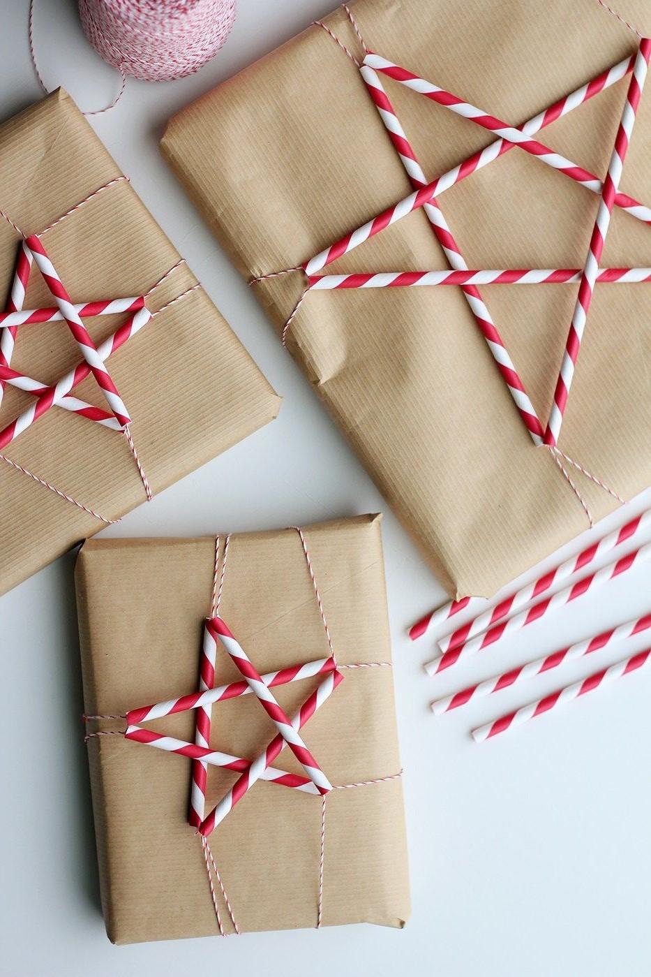 Décorez le paquet cadeau avec ces étoiles faciles: coupez les pailles en morceaux égaux, connectez-les avec de la ficelle ou collez-les simplement sur le papier d'emballage.