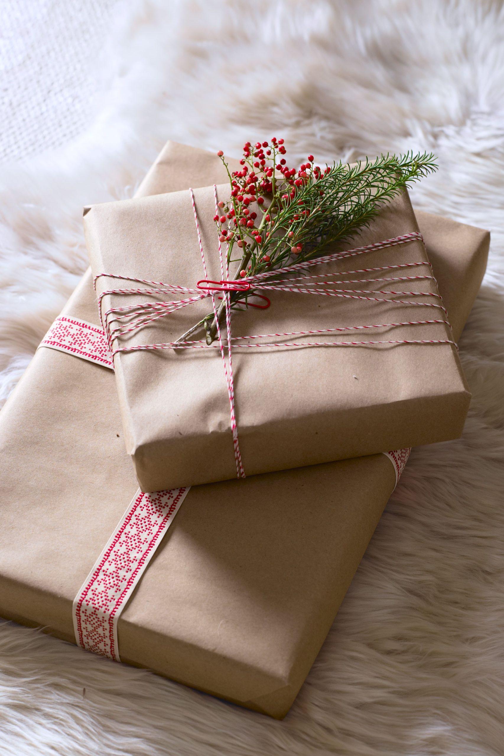 Comment faire un paquet cadeau original? Ajouter quelques brins de romarin pour obtenir ce look naturel.