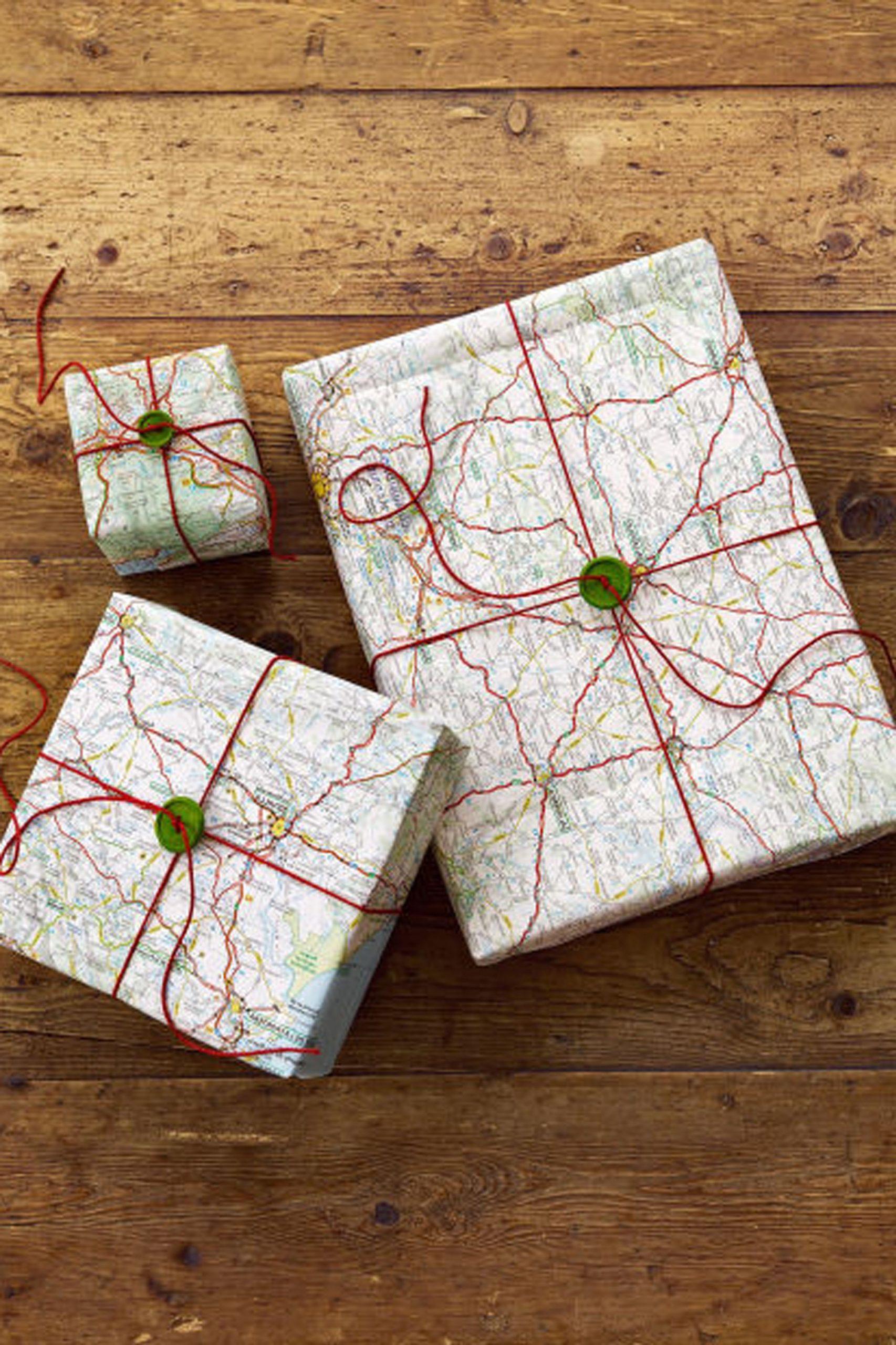 Votre ami est-il un passionné de voyages? Allors emballez le cadeau dans une carte routière - il sera surpris!