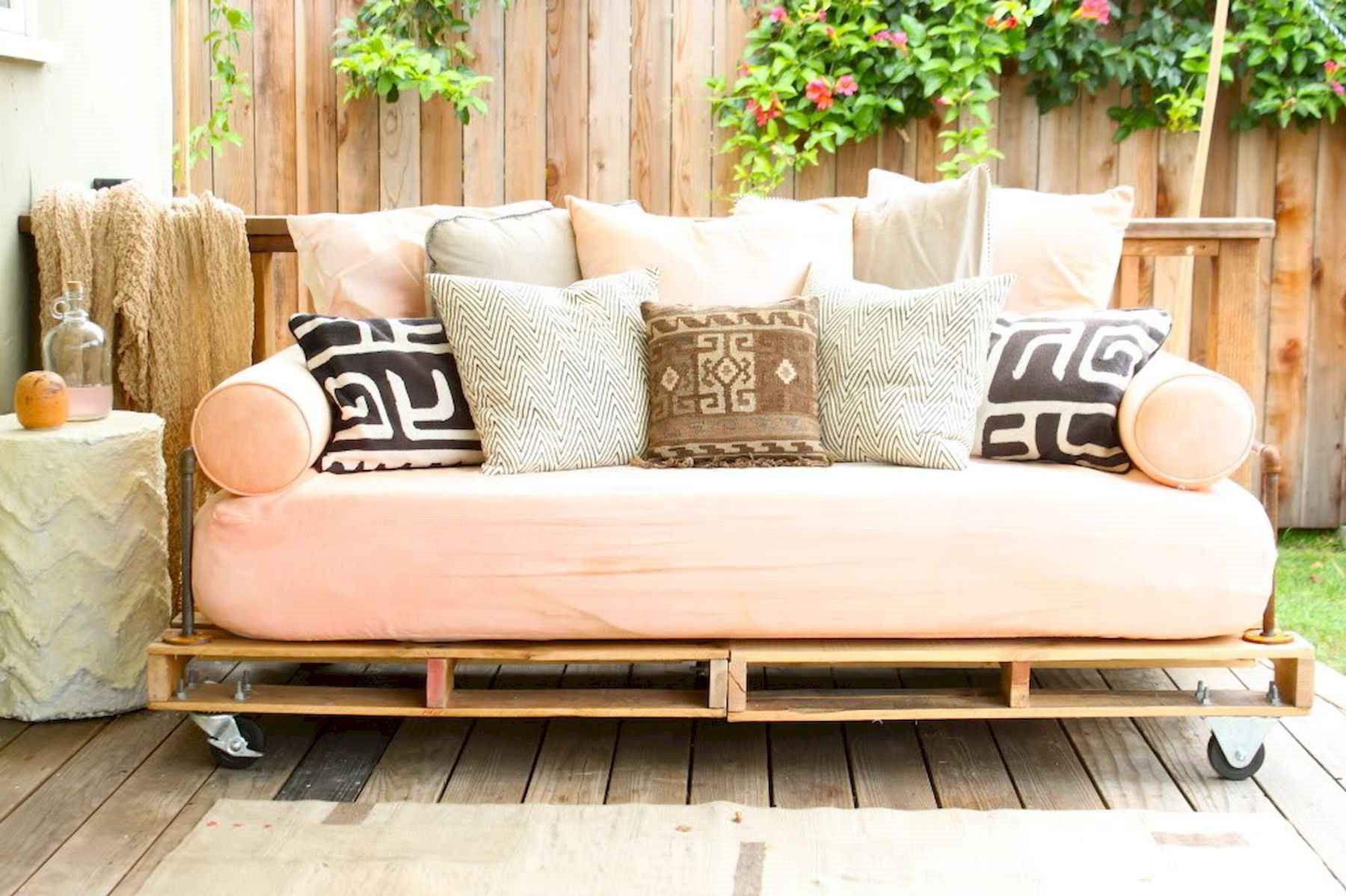 Déco en palette: projet bricolage de canapé à réaliser dans le weekend.