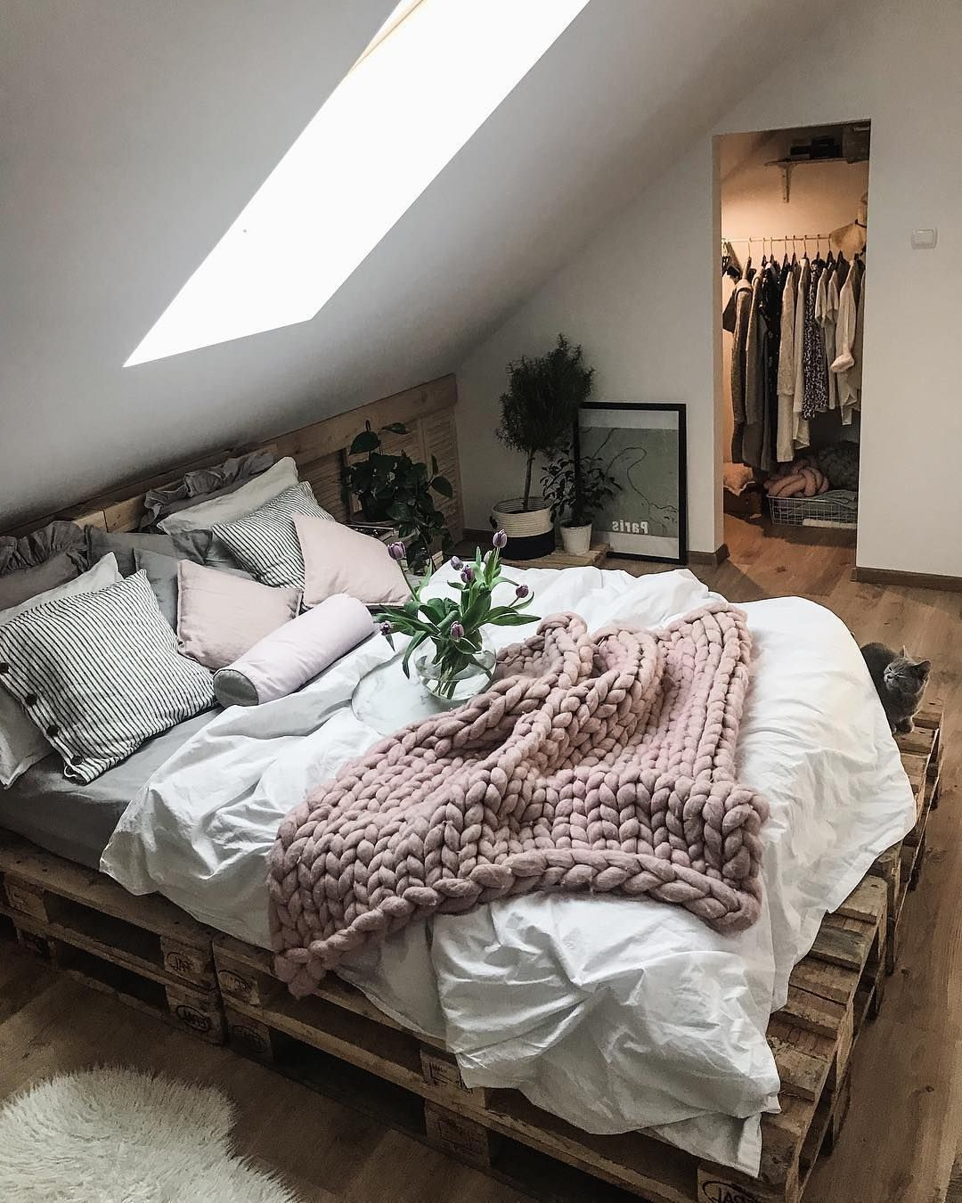 Déco en palette: cadre de lit simple.