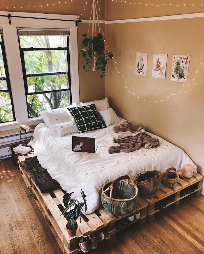 Déco en palette: cadre de lit de couleur naturelle.