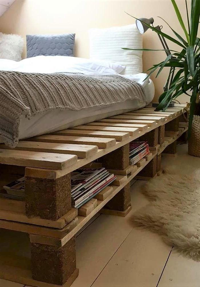 Déco en palette: cadre de lit avec espace de rangement.