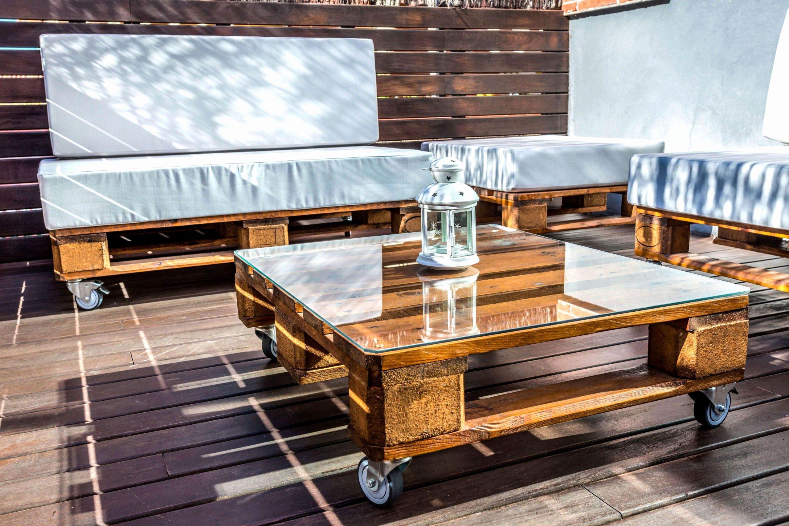 Canapés et une table basse en palette.