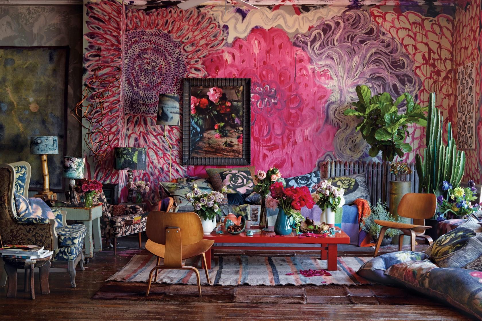 Quand il s'agit de déco de salon maximaliste, plus d'objets, plus de motifs, plus de texture, plus de couleur - c'est mieux!