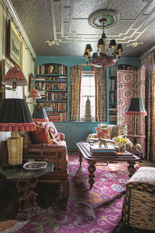 Le maximalisme et les détails vintage apportent la magie pour cette superbe déco de salon.