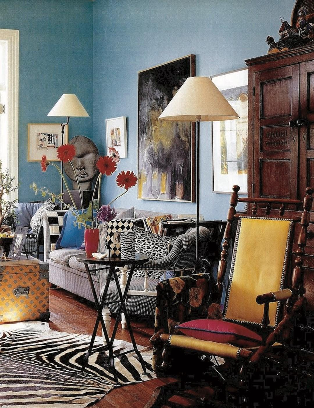 Comme dans cette déco de salon, une combinaison audacieuse de couleurs et de textures est au cœur de tout espace maximaliste.