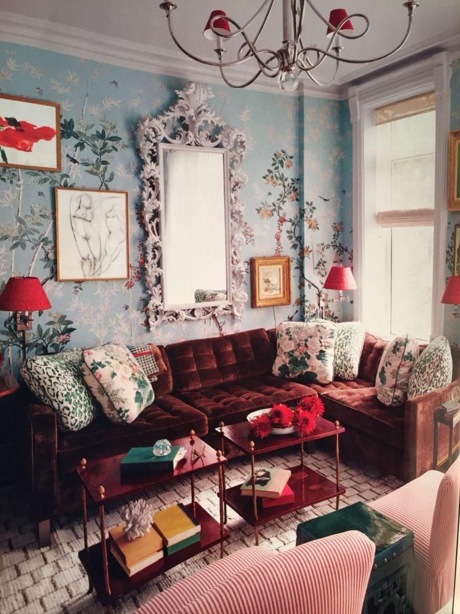 Déco de salon maximaliste: ajoutez un canapé en velours dans une couleur audacieuse.