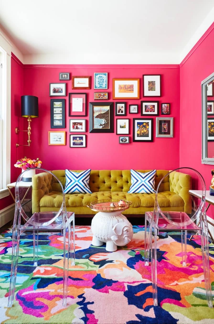 Le maximalisme créatif est au cœur de ce salon joyeux.