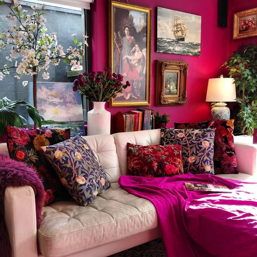Choisissez une couleur riche, comme un vert émeraude ou un violet intense, puis combinez ces couleurs sur une chaise et une fabuleuse paire de rideaux de velours.