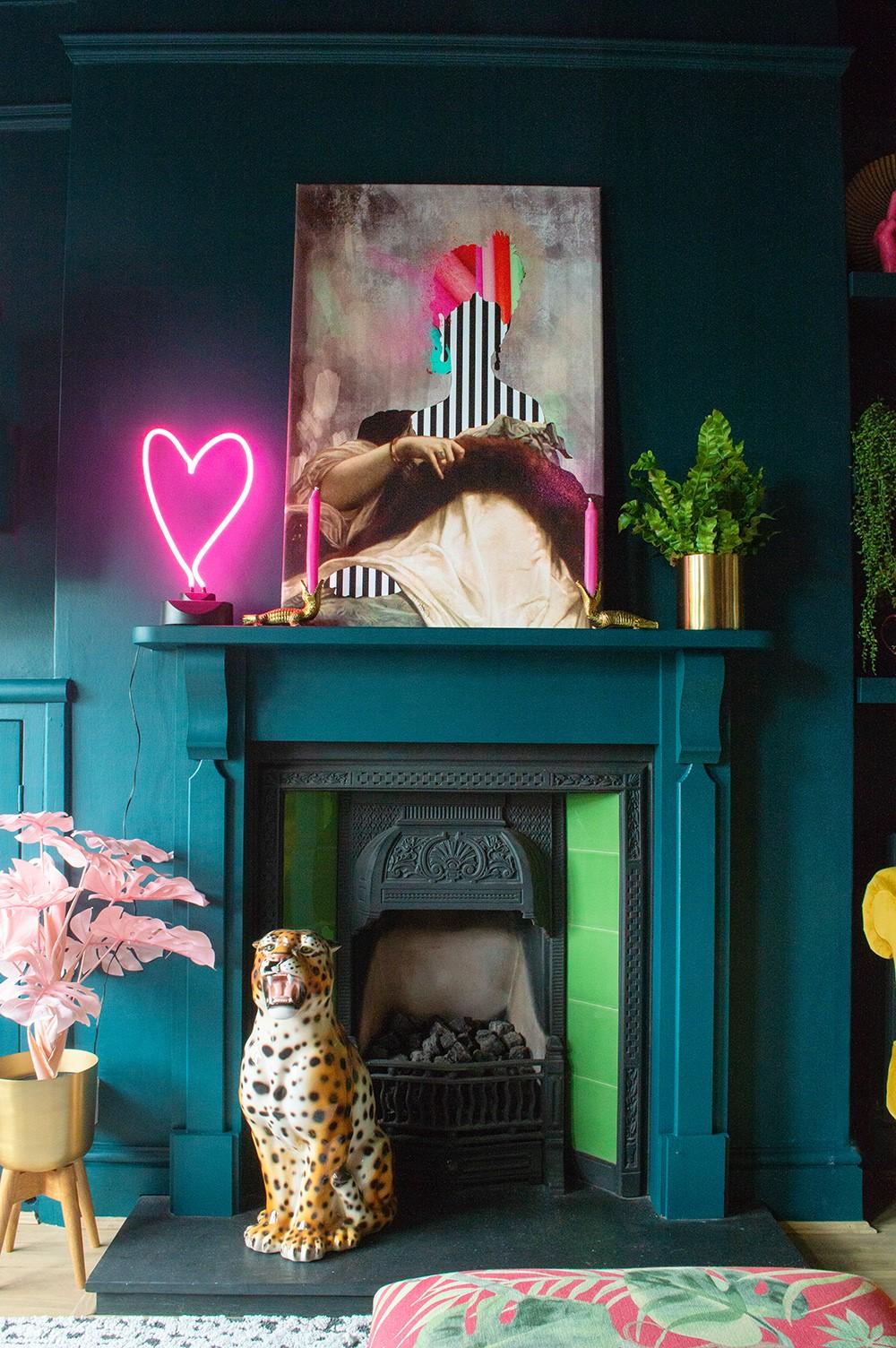 Lorsque vous maintenez l'espace symétrique, vous pouvez superposer encore plus d'éléments tout en conservant un sens de l'équilibre, même dans une pièce où les couleurs et les styles sont largement mélangés.