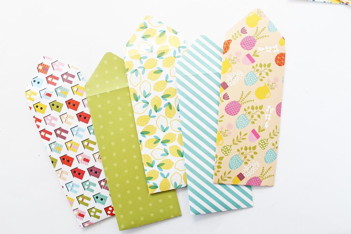 Enveloppes DIY colorées.