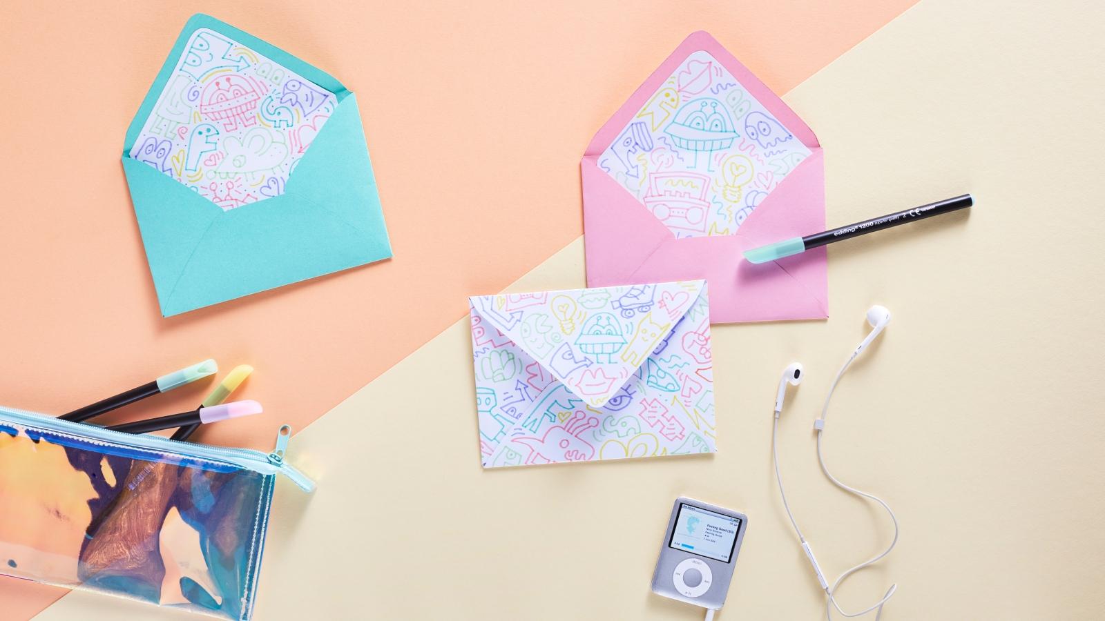 Enveloppes DIY multicolores.