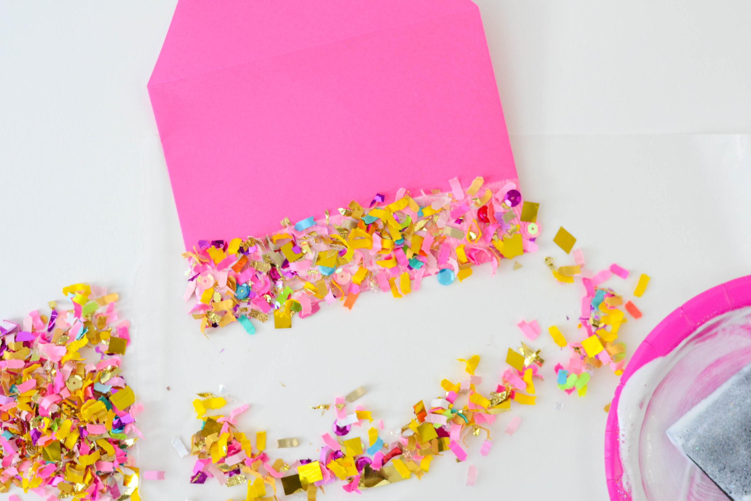 Enveloppe DIY rose décorée de confettis.