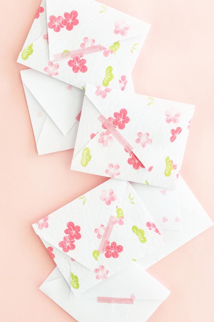 Enveloppe DIY à motifs de fleurs.