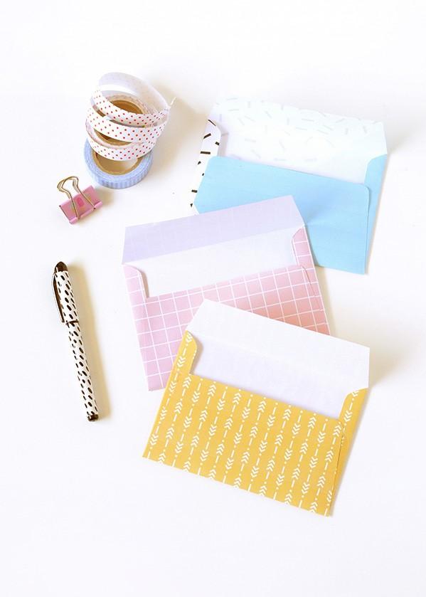 Enveloppes multicolores fabriquées à la maison.