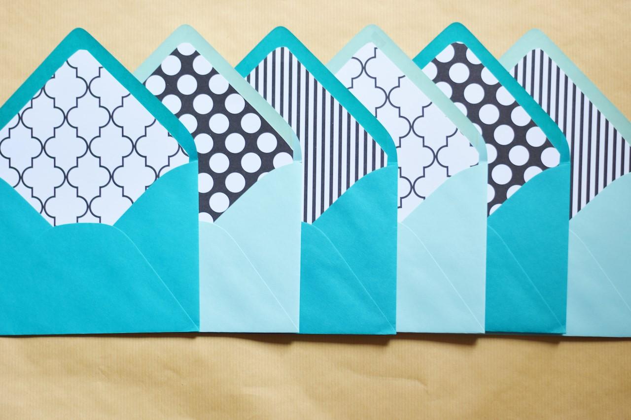 Enveloppes bicolores à rayures et à pois.
