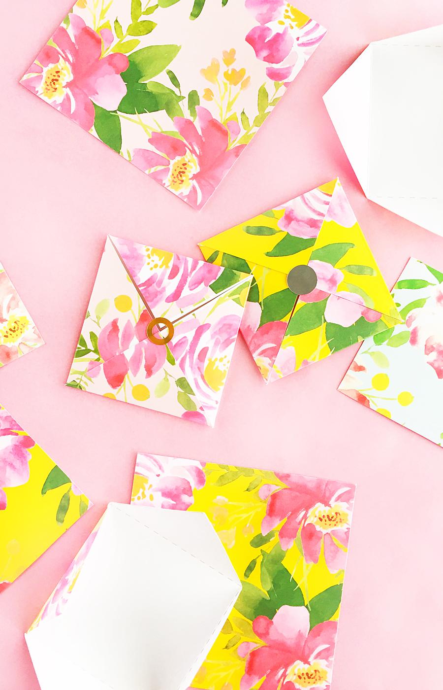 Enveloppes à motifs floraux.