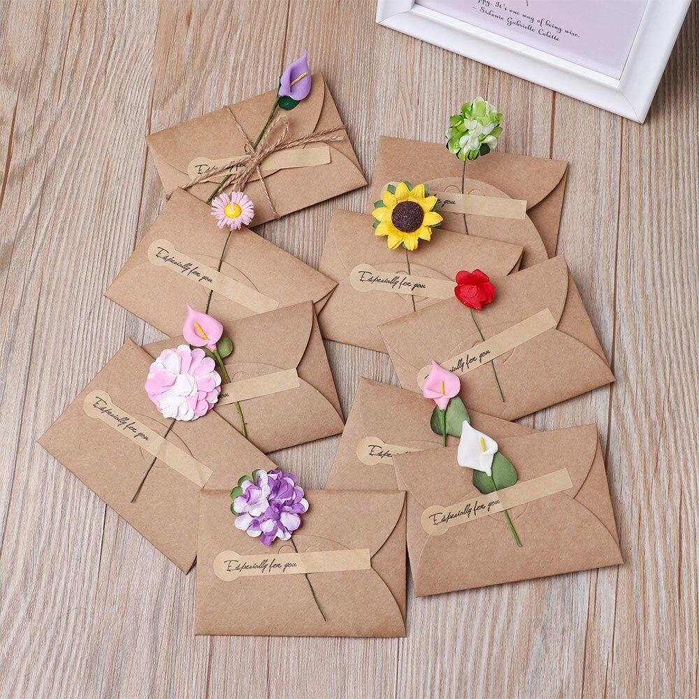 Enveloppes décorées de fleurs en papier.