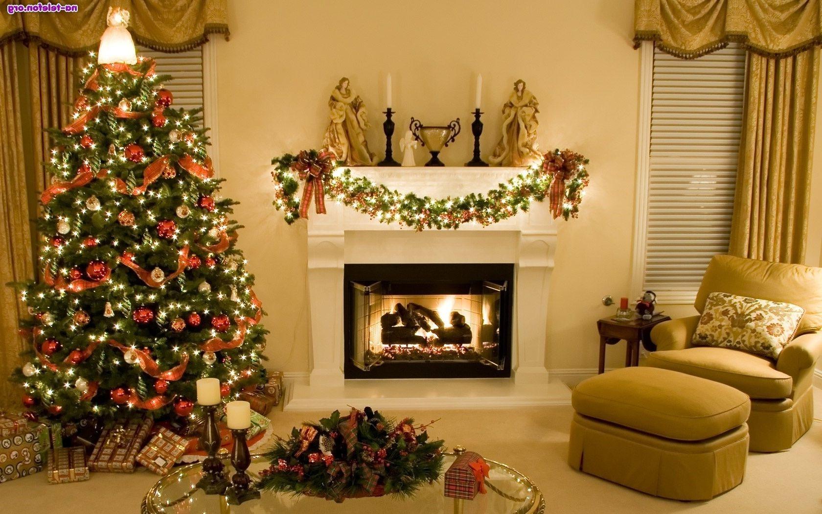 Déco de Noël GiFi: sapin artificiel et ornements élégants.