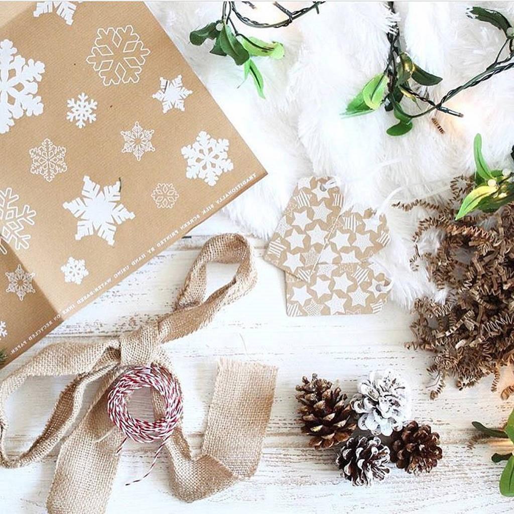 Papier cadeau et décorations de Noël.