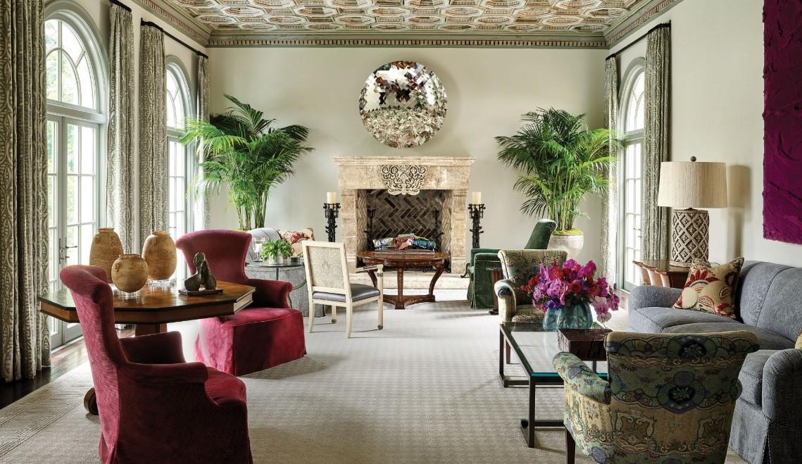Le tapis neutre de ce salon fait ressortir les autres éléments du décor.