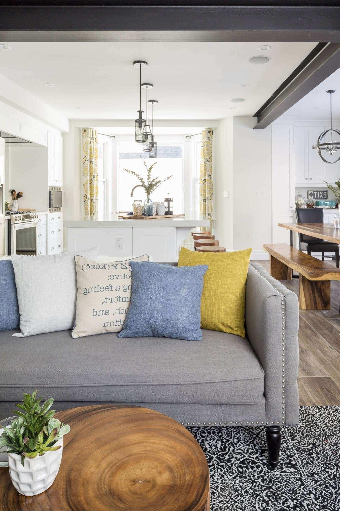 Les meubles bas, comme ce canapé capitonné, donnent une sensation de confort au salon.