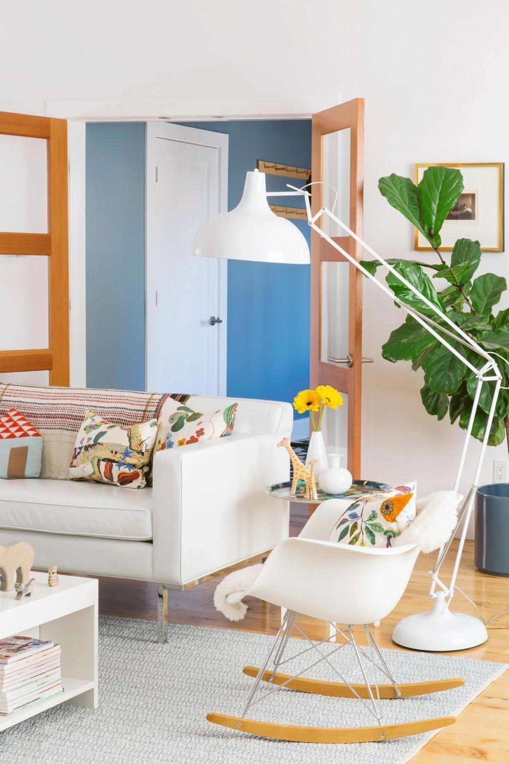 Les meubles blancs peuvent fonctionner dans une maison avec des enfants - il suffit de choisir des tissus durables et des surfaces faciles à nettoyer.