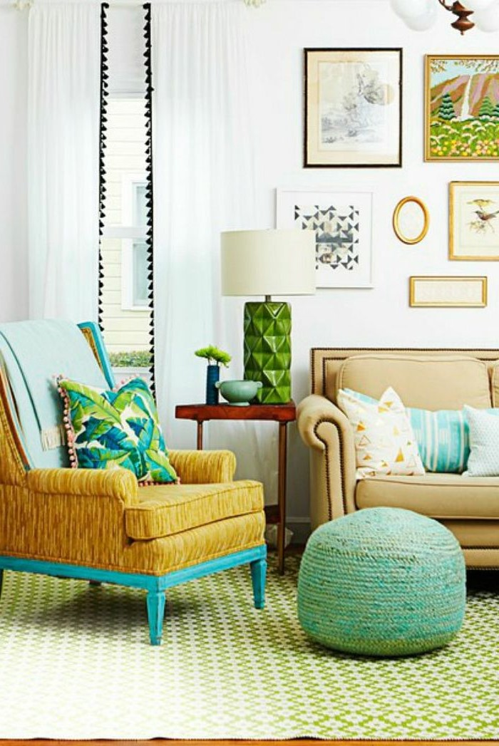 tilisez des restes de peinture murale sur le cadre d'une vieille chaise pour en rafraîchir la couleur.