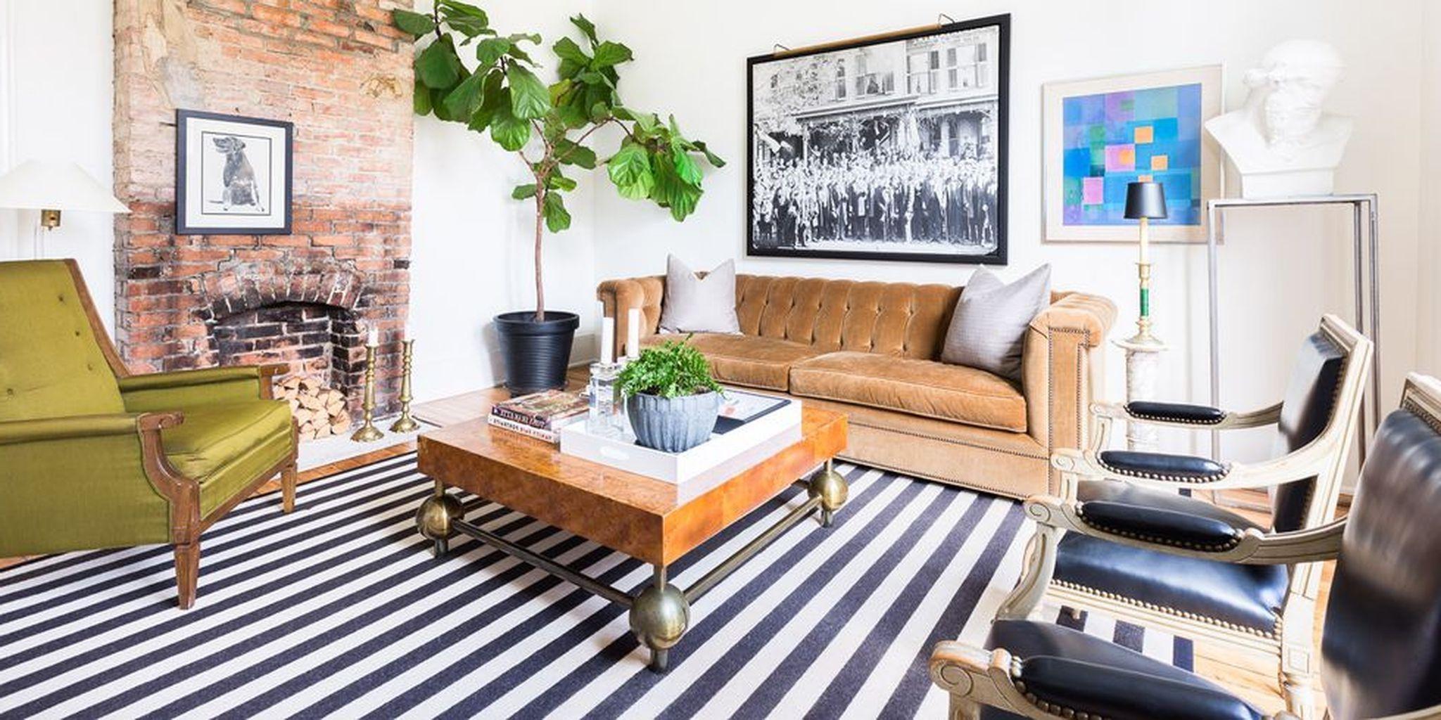 Idées déco de salon: salon magnifiquement conçu avec des tons terreux et des rayures audacieuses.