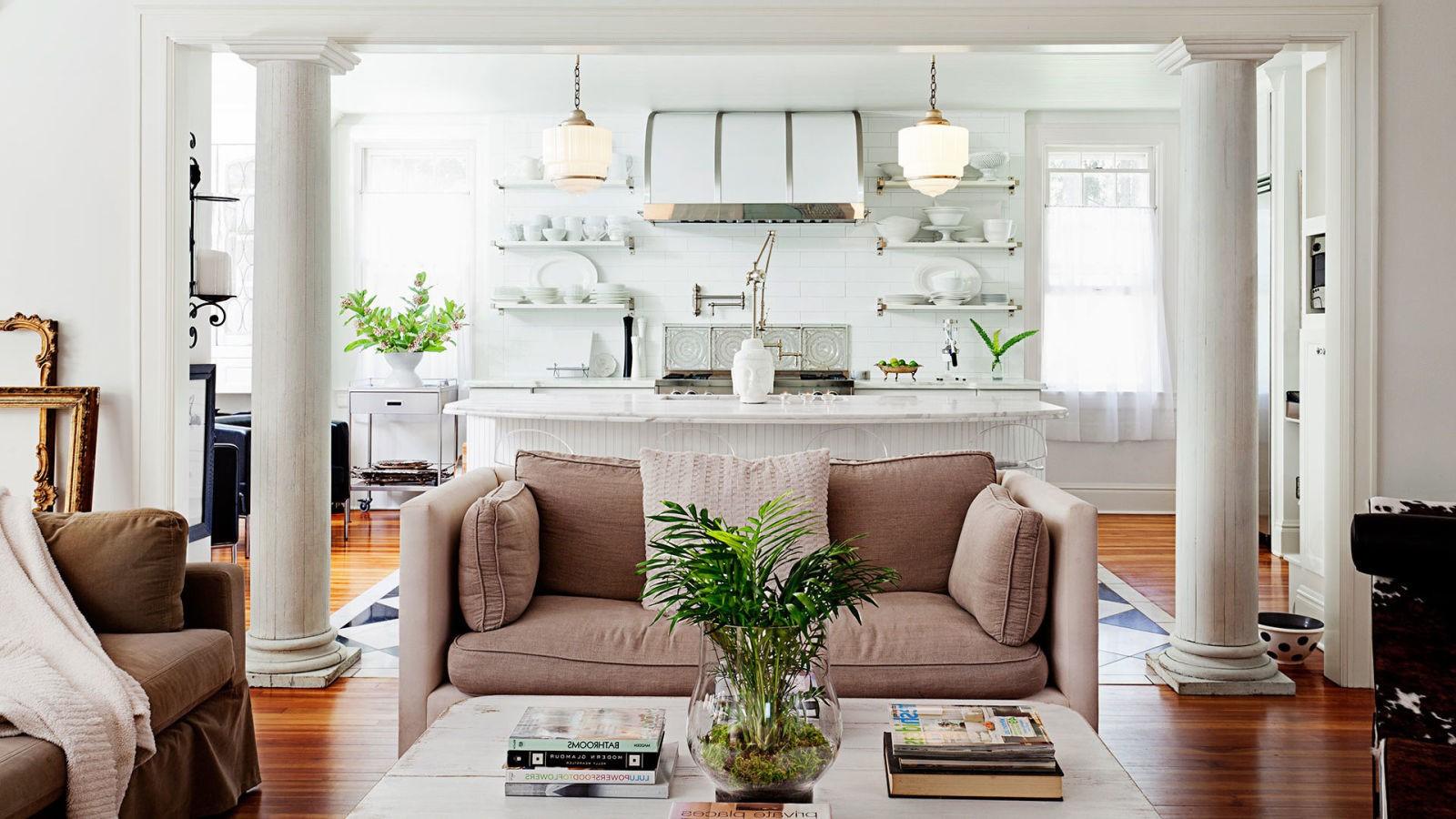 Un plan d'étage ouvert comme celui-ci divise deux zones distinctes: salon et cuisine.