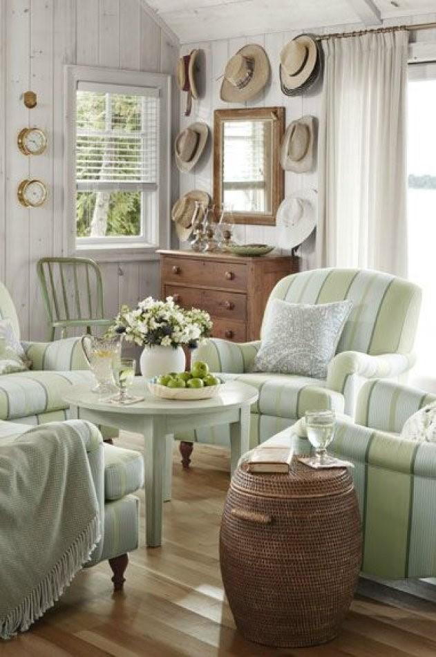 N'oubliez pas d'accentuer les couleurs avec une texture naturelle: paniers en osier, miroir à cadre en bois et commode en pin antique rendent cette cabane rustique si spéciale.