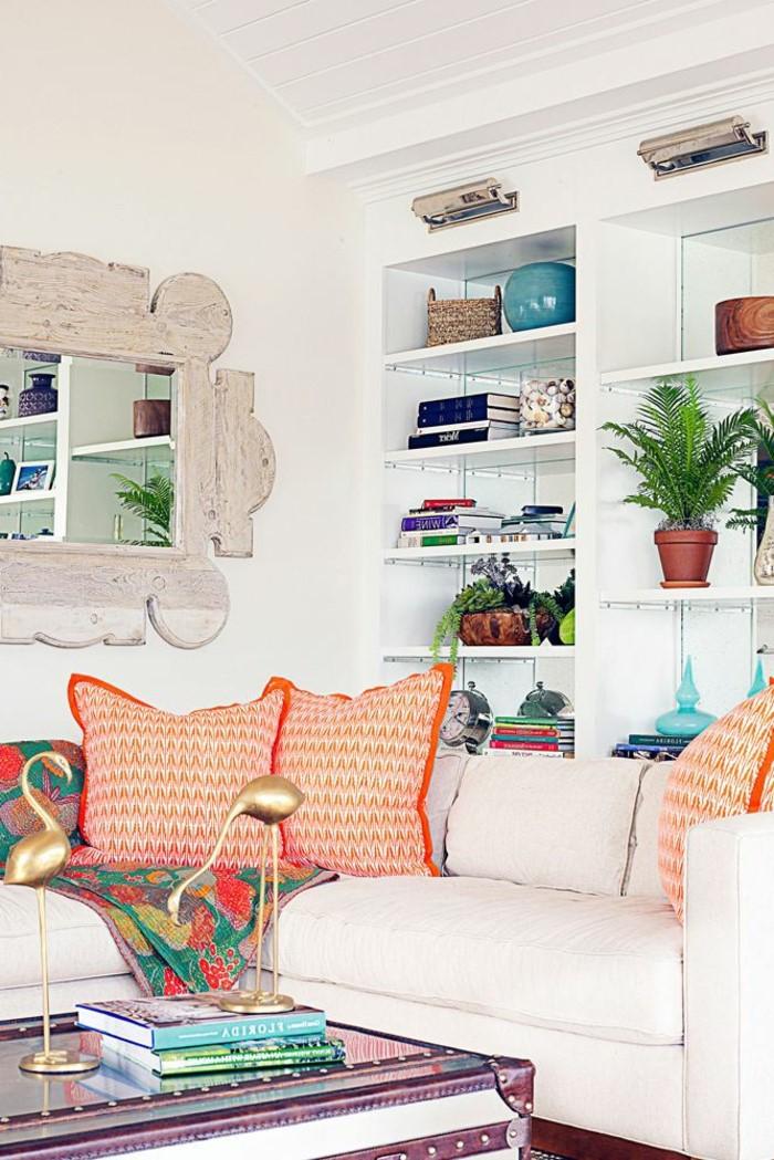 Ce salon avec des oreillers aux couleurs joyeuses est vraiment joli!