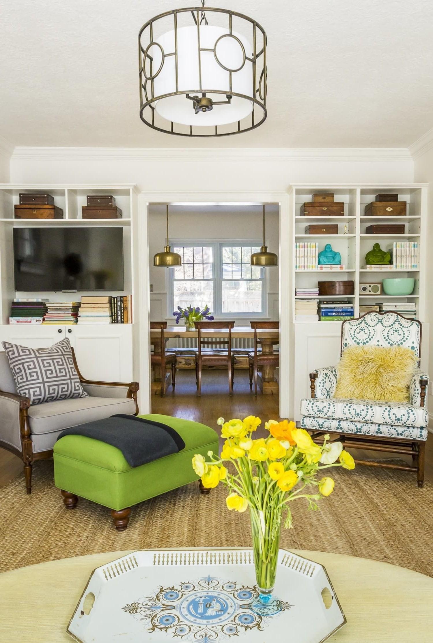 Ici, le mobilier et les objets de décoration sont variés, mais le design symétrique rend le look cohérent.