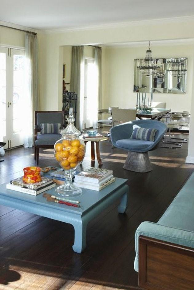 Au lieu d'une table basse en bois classique, choisissez une table colorée qui convient au canapé.