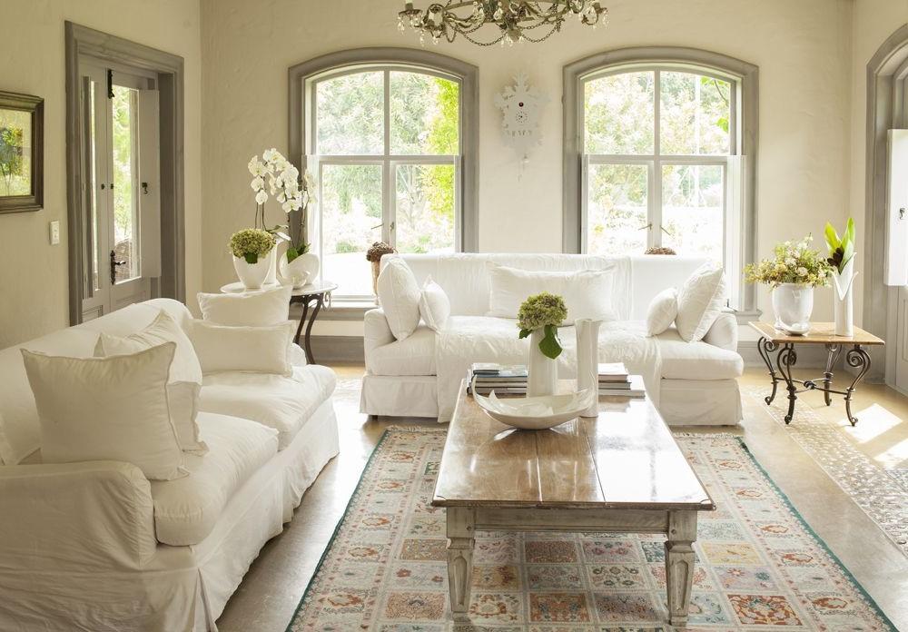 Idées déco de salon: les divans blancs sont un vrai classique et sont tout simplement magnifiques.