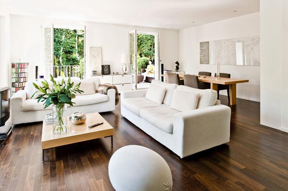 Obtenez un look serein et épuré avec un sol foncé et des meubles de différentes nuances de blanc.