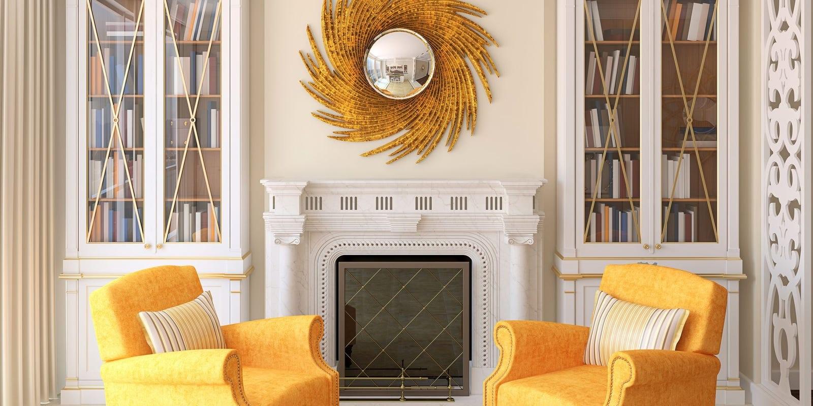 Une paire de chaises jaune ensoleillée double l'impact saisissant du miroir brillant.
