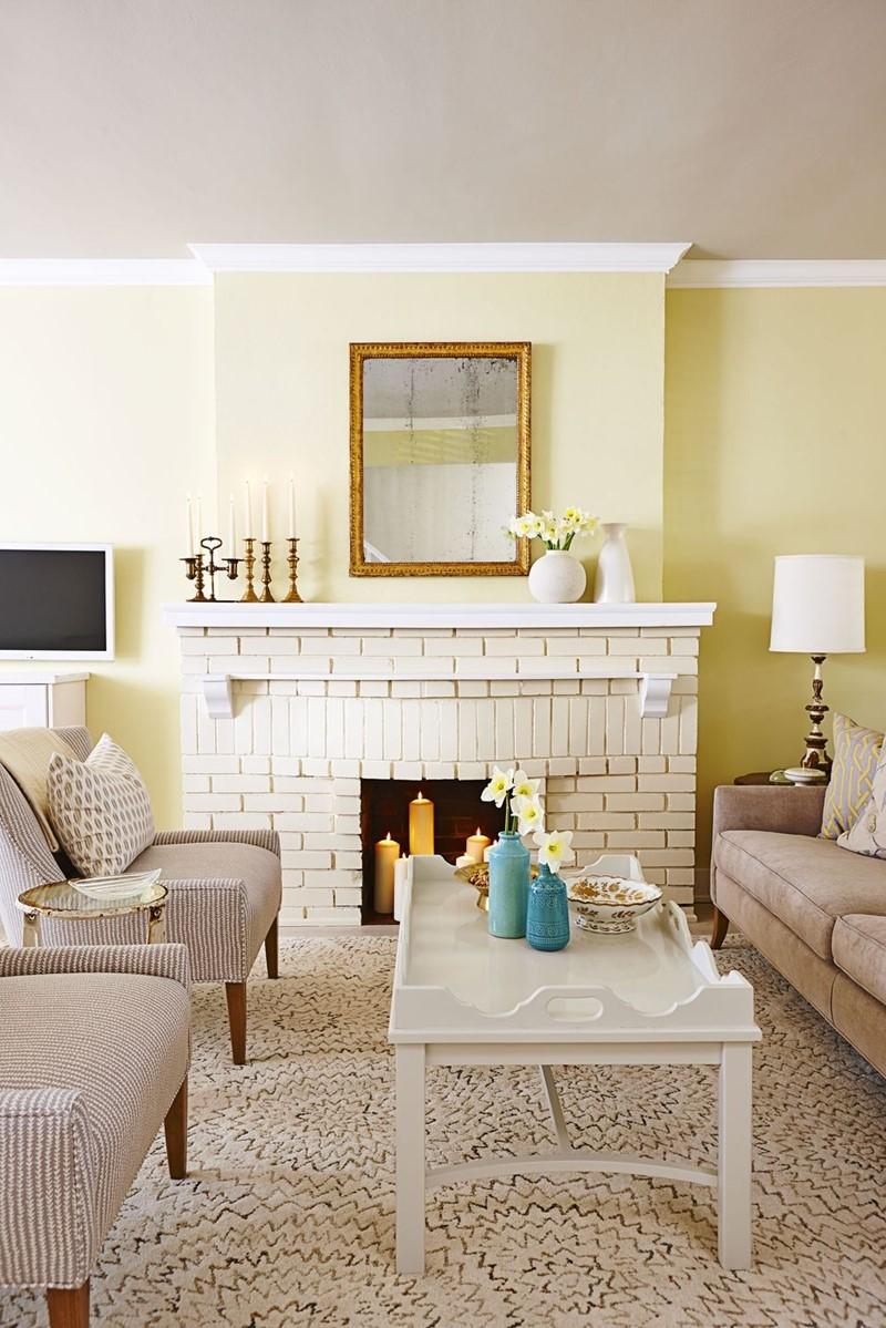 Mettez à jour une cheminée en brique ancienne avec une couche de peinture crème comme celle-ci.