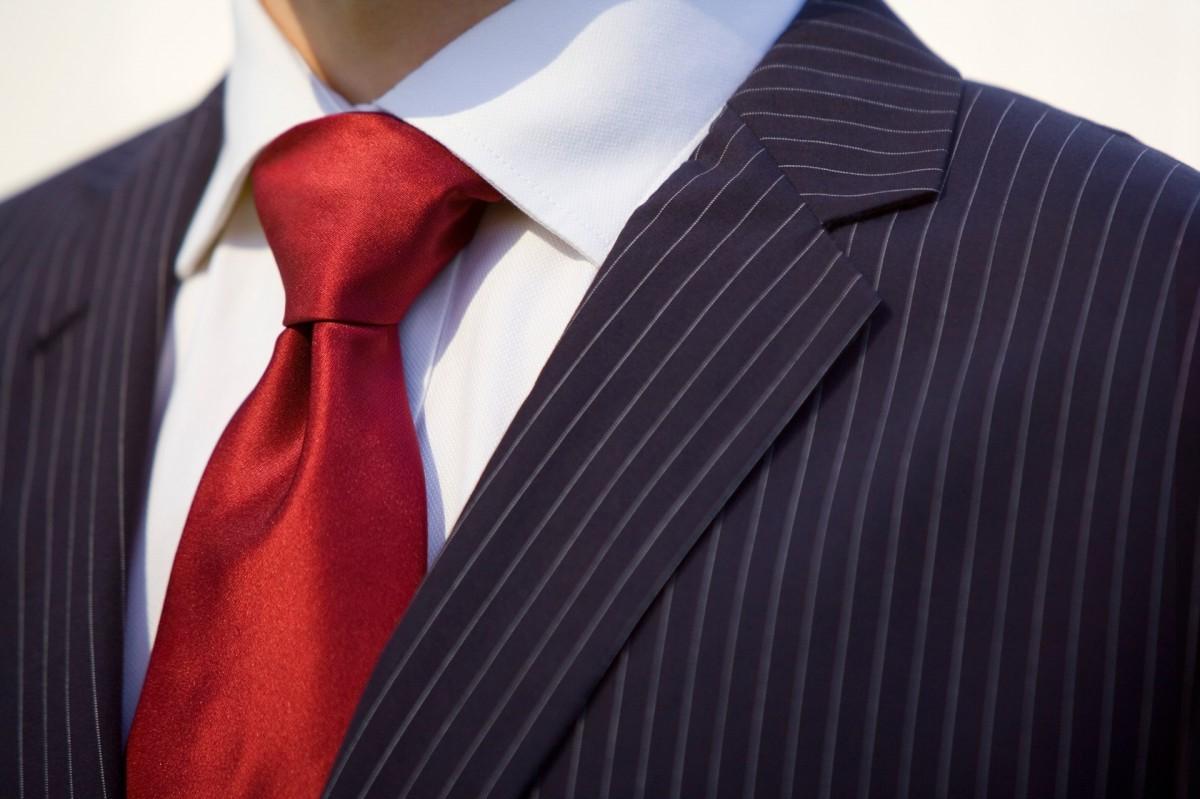 Cravate rouge.