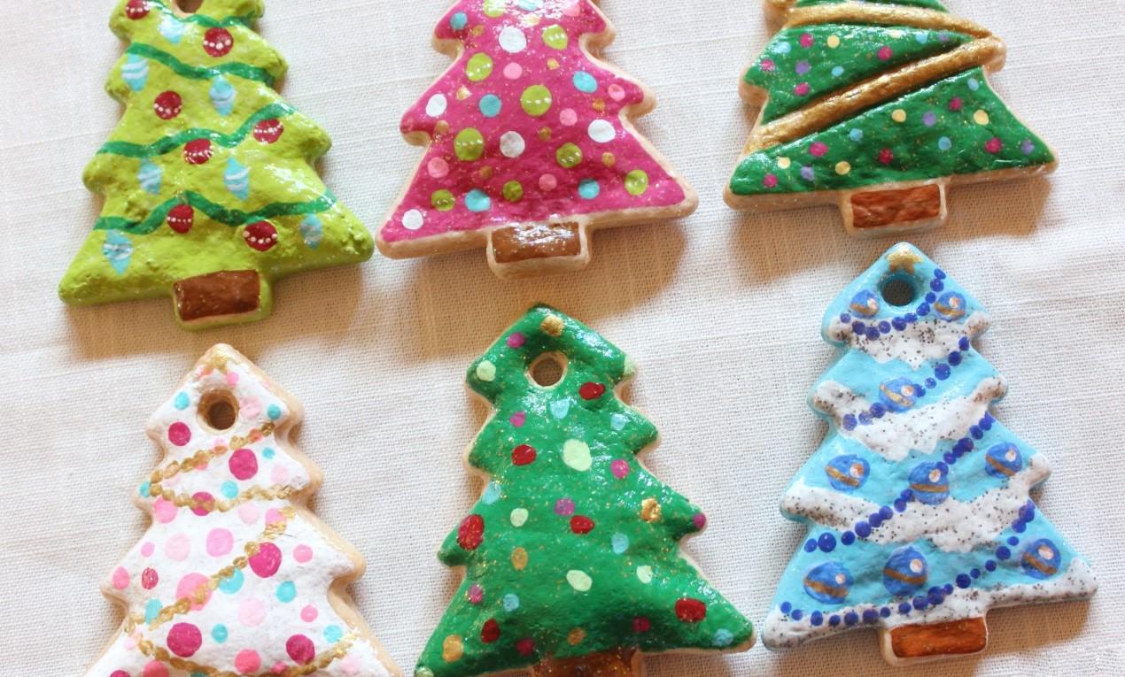 Sapins de Noël en pâte à sel DIY.